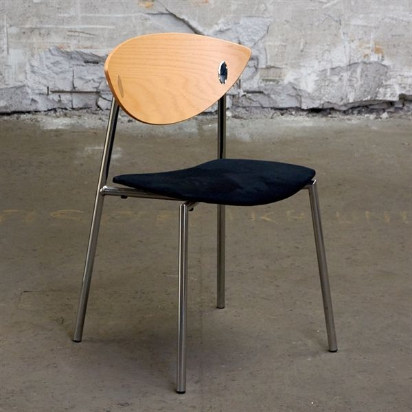 Konferencestol. Randers Radius. Sort sæde med bøge ryg på krom stel.