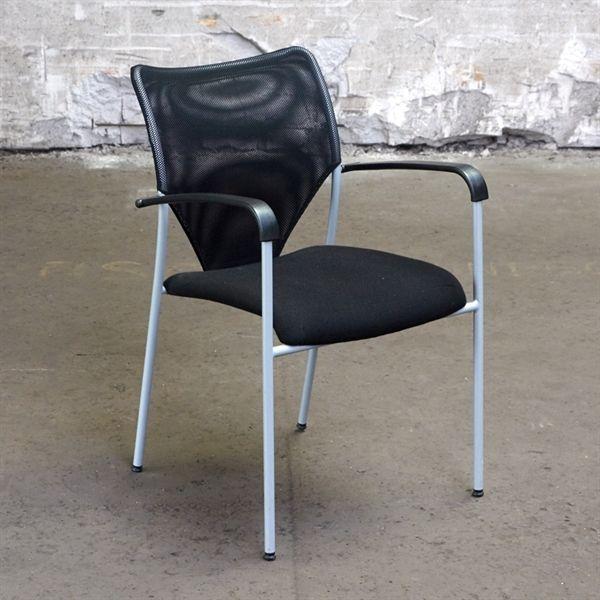 Konferencestol. Sort polstret sæde med net ryg og armlæn.