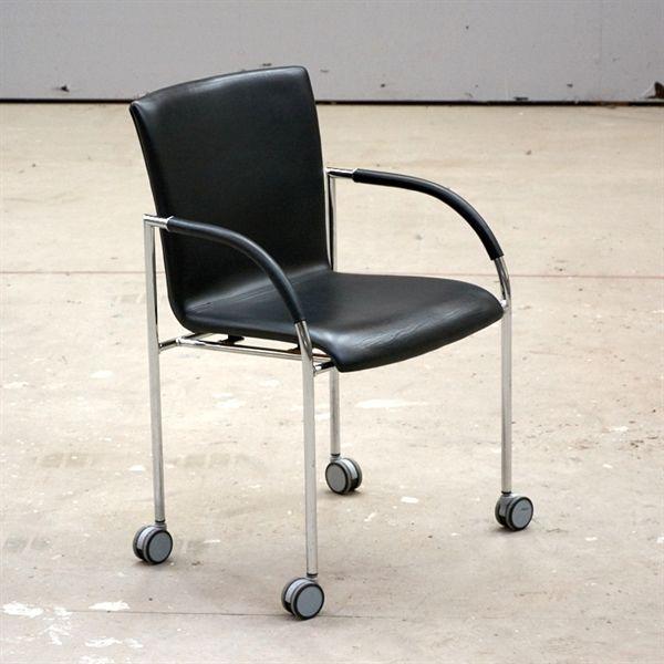 Image of   Konferencestol. Rumas Monza i sort læder med armlæn på krom stel med hjul.