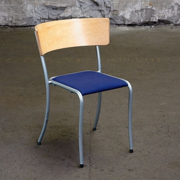 Konferencestol. Blåt stof sæde og med bøge ryg på gråt stel.