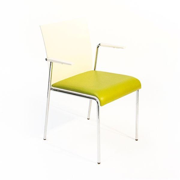 Image of   Konferencestol. Hvidt sæde med grønt polster og stål stel.
