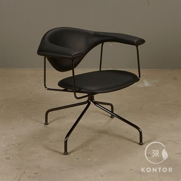 Gubi Masculo lounge chair i sort læder med stel i sort krom