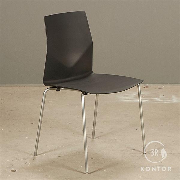 Image of   Four Design konferencestol. sort plastic på gråt stel.