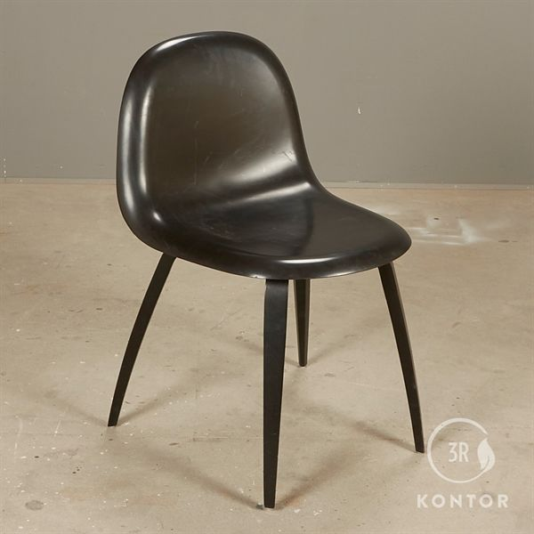 Gubi 3D stol, sort på sorte træben.
