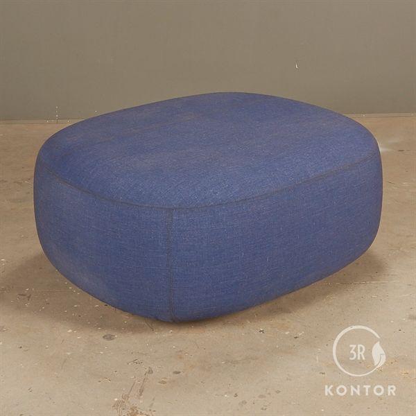 Billede af +Halle loungepuf i blå stof. 105x90
