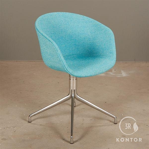 Image of   HAY About a chair i blå polster på metal fod.