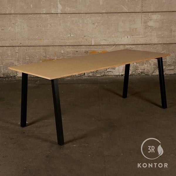Konferencebord. Ahorn, rektangulær, krydsfinerkant. Sort stel. 200x80