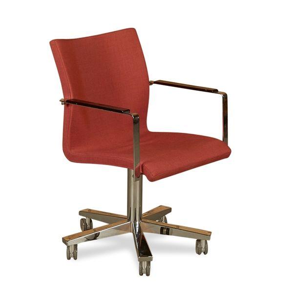 Image of   Konferencestol i rødligt stof på krom stel. Med hjul og armlæn