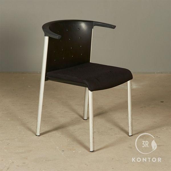Konferencestol, sort polstret sæde, plastic ryg.