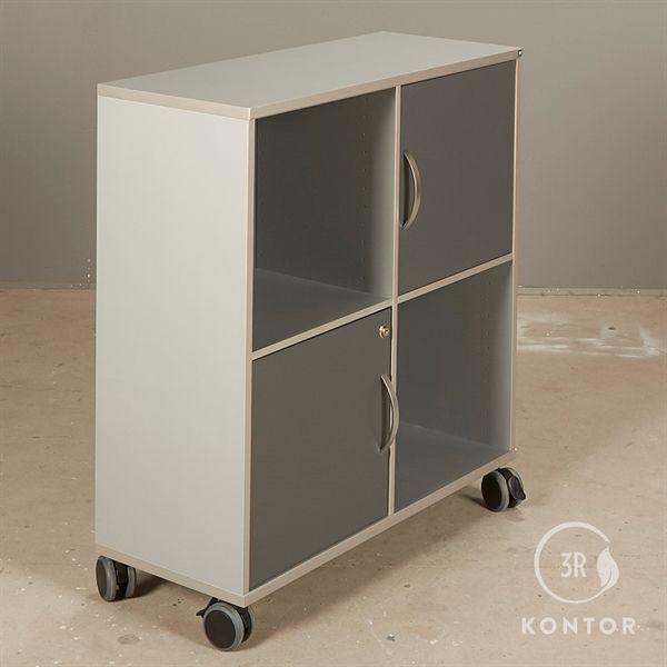 Image of   Kontorskab. Grå med 2 låger og 2 åbne rum. På hjul.