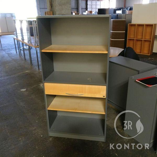 Image of   Kontorskab, grå med ahorn hylder, 4 åbne rum og en skuffe.
