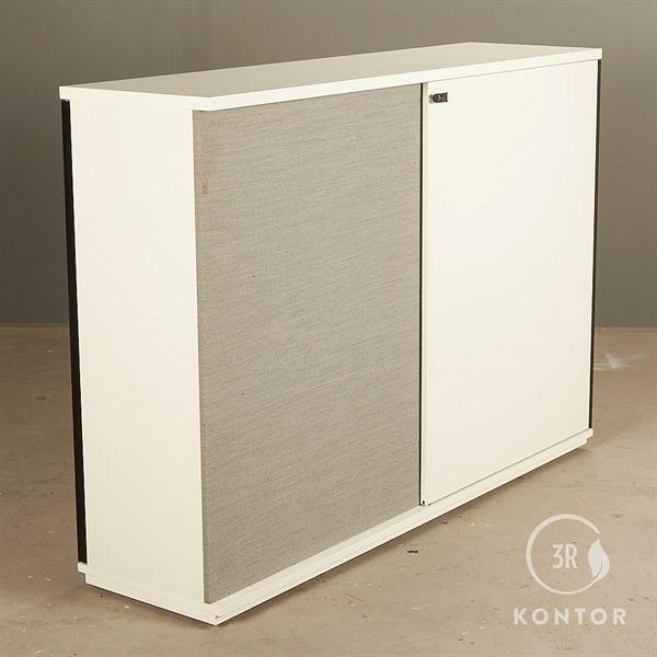 Image of   Kontorskab. Hvid laminat. skydelåge på hver side. Grå polster.
