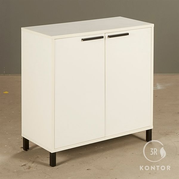 Image of   Kontorskab. Hvid med 2 låger og sorte håndtag.