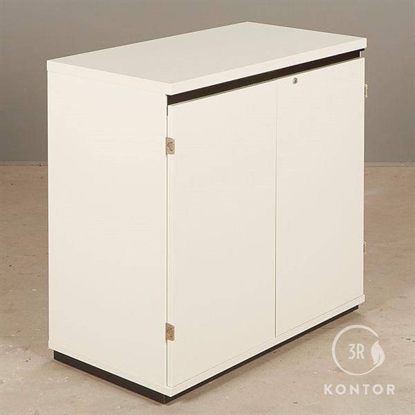 Image of   Kontorskab. Hvid med 2 låger. Sort håndtag i top.