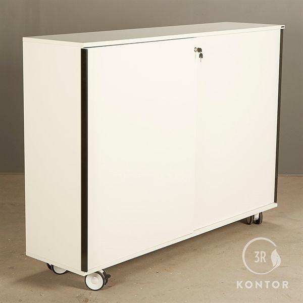 Image of   Kontorskab. Hvid med 2 skydelåger. På hjul