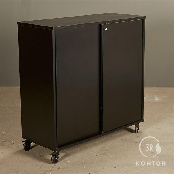 Image of   Kontorskab. Sort laminat med 2 skydelåger. På hjul.