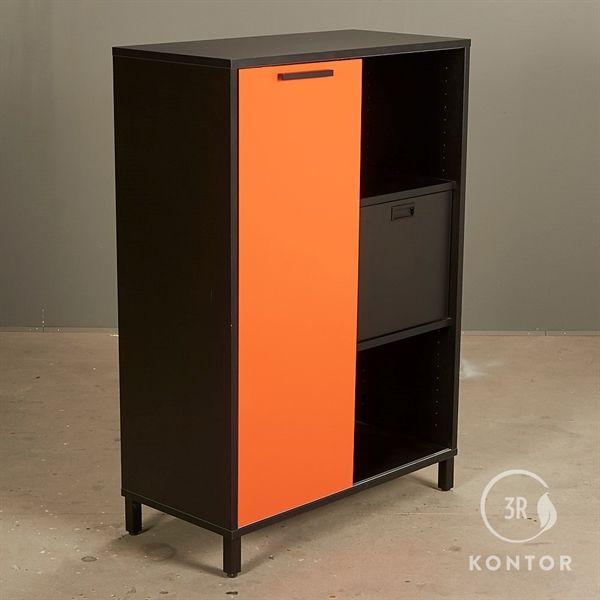 Image of   Kontorskab. Sort med 1 orange skydelåge.