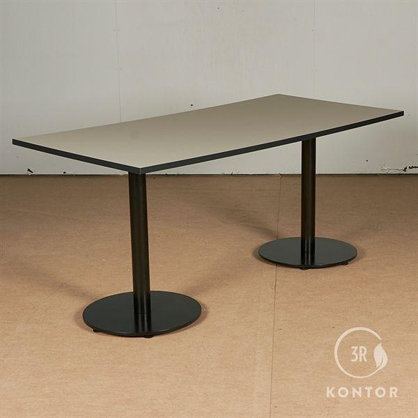 Lille kantinebord. Grå nanolaminat, sorte søljer. 160x80