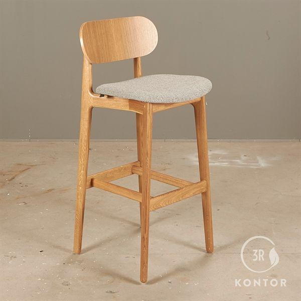 Modus PLC Bar stool. Olieret eg, grå polstret sæde.