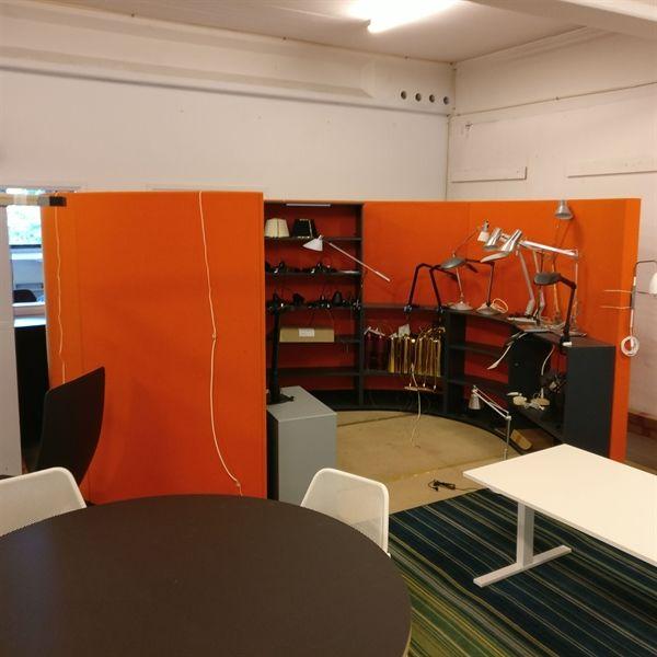 Orange bibliotek med grå hylder indvendig