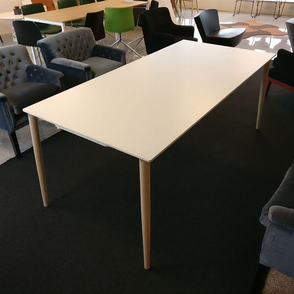 Pedrali spisebord. Hvid laminat, egeben, med udtræk.