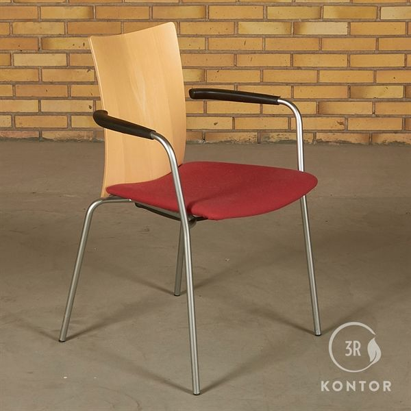 Randers Radius konferencestol. Ahorn ryg, rødt polstret sæde.
