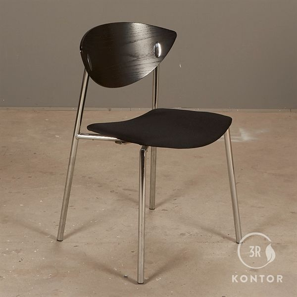 Randers+Radius Must stol. Sort polster, sort træryg.
